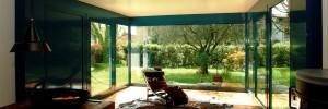 Infisso - vetrata in vetro antisfondamento con struttura in alluminio cromato.